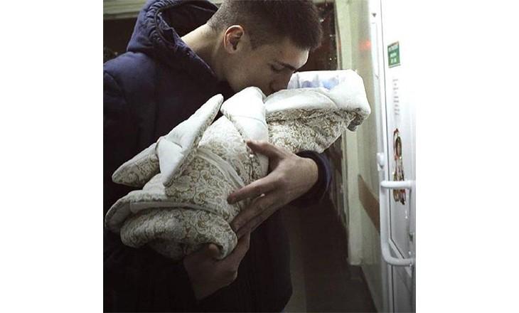 папа забирает ребенка из роддома